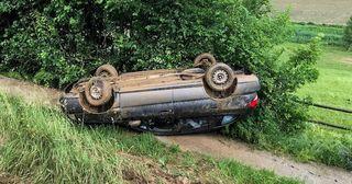 Das Fahrzeug landete im Straßengraben.