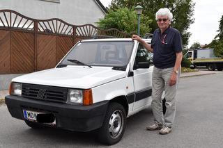 Helmut Baumgartner mit seinem Alltagsauto, einem Fiat Panda.