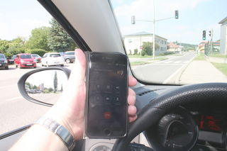 Ein Telefonat während der Autofahrt kann für den Lenker und andere Verkehrsteilnehmer lebensgefährlich werden.