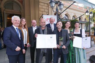 Direktor Arno Melitopulos und Obmann Werner Salzburger gratulieren gemeinsam mit dem Tiroler BGF-Team um Peter Frizzi (2.v.li.) den ausgezeichneten Prim. Dr. Harald Meller, Mag. Dietmar Rabensteiner (Bildmitte) und Katharina Pirktl (2.v.re.).