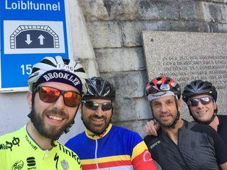 Roman Sucher (re.) stellt seine Ironman-Teilnahme in den Dienst der guten Sache. Er trainiert 20 Std. pro Woche – sogar am Loiblpass