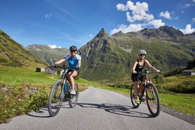 Kraftsparend geht es mit dem E-Bike hinauf auf Almen und Hütten im Paznaun.