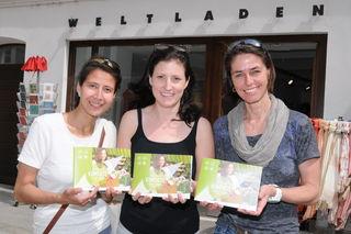 """Druckfrisch und erstmalig für Salzburg herausgebracht: der Fair Konsum-Guide """"Salzburger Kompass für eine bessere Welt"""" – Anita Rötzer, Katharina Niedermayr und Birgit Almhofer."""