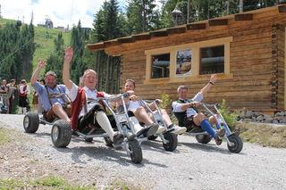 Peter Brandauer, Hermann Egger, Alexander Reitinger und Manfred Weiss zeigen es vor und flitzen ins Tal.