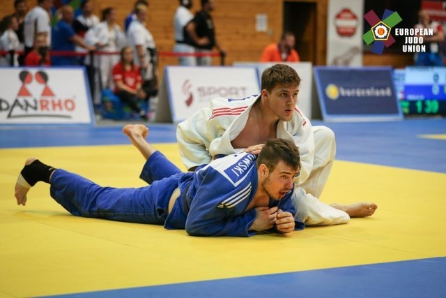 Aaron Fara (weiß) schrammt beim Junioren Europacup 2017 in Leibnitz nur knapp am Stockerl vorbei und wird fünfter.
