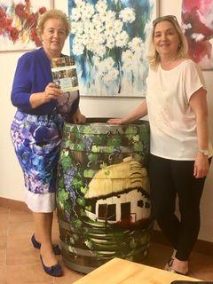 """Catherine Hörburger (rechts) mit Frauenlandesrätin Verena Dunst in ihrem neuen """"Uhudler-Atelier""""."""