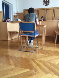 Der Angeklagte Schwarzfahrer zwischen Staatsanwaltschaft und Richter.