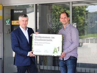 """""""Willkommen im Glasfasernetz"""", sagt Erwin Arthaber, A1 Netzplanung, zu Spillerns Bürgermeister Thomas Speigner."""