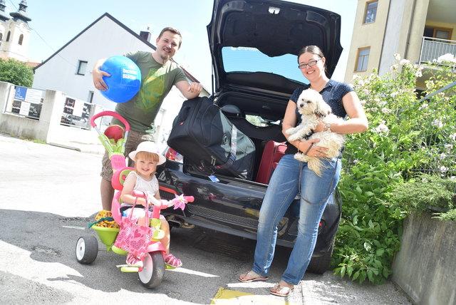 Ab in den Urlaub: Markus und Conny Labermeyer mit Töchterchen Sina und Hündin Lilly.