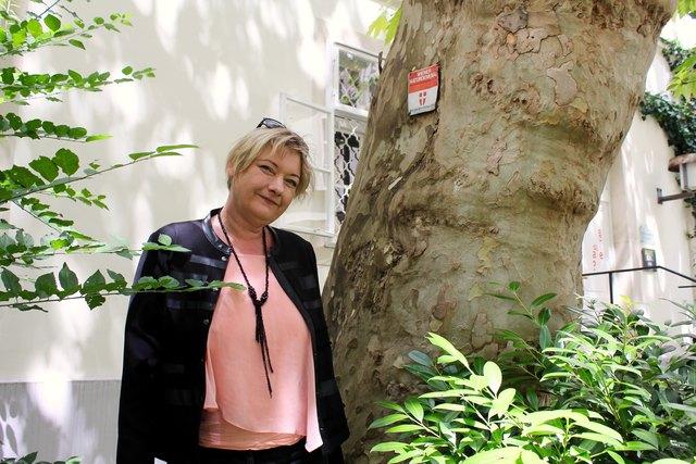 Christiana Mazakarini an der unter Naturschutz stehenden Platane im Hof Singerstraße 11, in die angeblich eine Speerspitze des Teufels eingewachsen ist