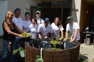 Ein Team der Volksbank legte ein Biotop im Garten des Hauses St. Peter der Diakonie de la Tour in Harbach an