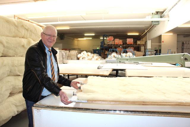 Peter Hildebrand, Eigentümer und Geschäftsführer von Betten Reiter, in der Produktion in Leonding.