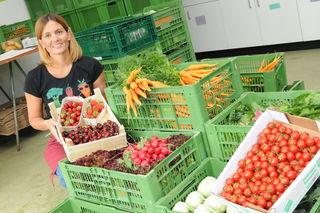 """Marion Kindl vom """"Salzburger Vitalkisterl"""" mit ertefrischem Obst und Gemüse aus Salzburg – die Kirschen kommen aus dem Burgenland."""