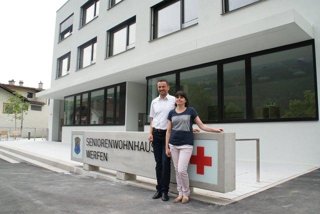Bürgermeister Hannes Weitgasser und Pflegedienstleiterin Daniela Knauseder präsentieren das neue Seniorenwohnhaus Werfen.