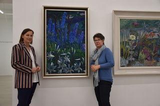 Direktorin Christine Wetzlinger-Grundnig (li.) und Sammlungsleiterin Brigitte Kogler vor einem Stillleben von Werner Berg