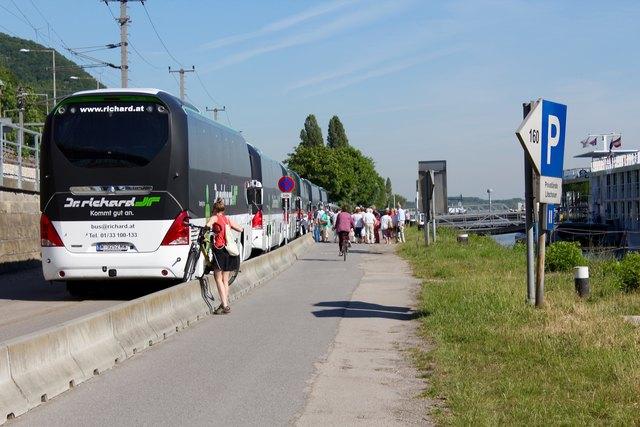 In der Früh sammeln sich viele Touristen auf dem Gehsteig, bevor sie an Bord gehen. Für Radfahrer heißt es da oft Ausweichen.