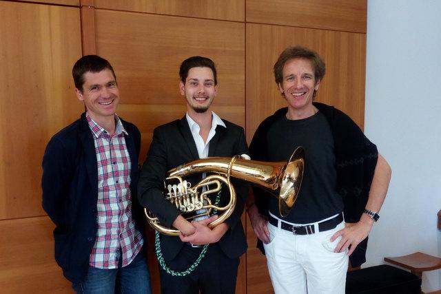 v.l.: Lehrer Damian Brüggler, Stefan Köninger (Tenorhorn), Klavierbegleiter Robert Zimmerling