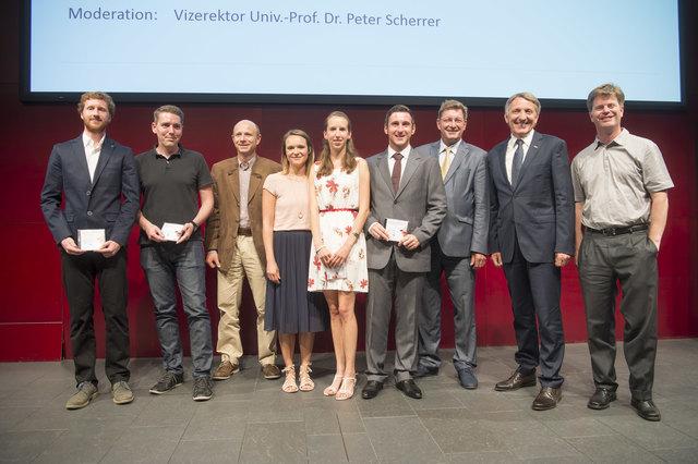 Die Freude ist groß: Die Stipendiaten der Wirtschaftskammer Steiermark bei der Würdigung mit WK-Präsident Josef Herk (2. v. r.)