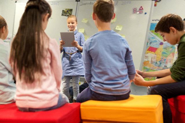 Die Kinder erzählen nicht nur Geschichten, sondern lernen auch, auf Englisch Geschichten zu schreiben und zu präsentieren.