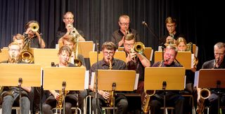 """Die """"Pernstein Swing Connection"""" präsentiert bekannte Gesangsnummern im fetzigen Big Band Sound."""