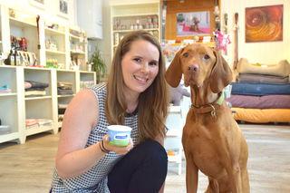 Zu einem Becher Eis, den Hundeladen-Chefin Katharina Fehlmann immer parat hat, lässt sich Linou immer überreden.