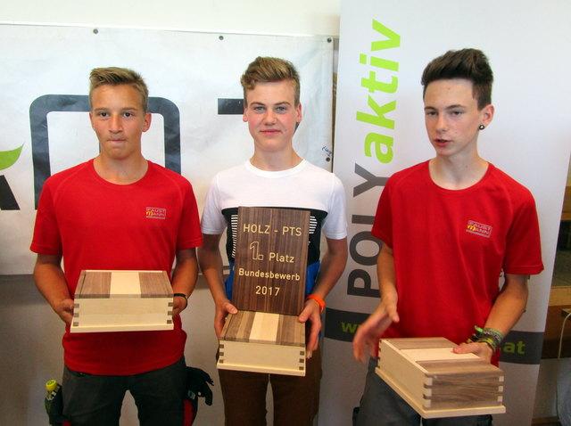 """Niko Meitz (Mitte) gewann den Bundesbewerb """"Holz"""" der Polytechnischen Schulen Österreichs."""
