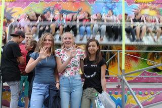 """Einen vergnüglichen Nachmittag hatten auch Valentina, Lara und Sofia und winken vor der Fahrt mit der """"Crazy Wave""""."""