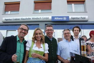 Sabine und Harald Pickl (Bildmitte) freuten sich über viele Gäste beim Dankefest in Pasching.