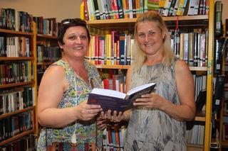 Claudia Gazily im Gespräch mit der Büchereileiterin Silvia Paschl (v. l. n. r.).