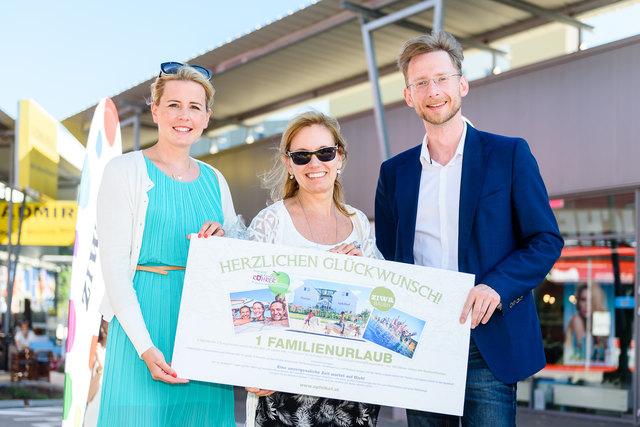 Geschäftsführerin Julia Klinglmüller, Gewinnerin des Hauptpreises Sonja Bartl, Gemeinderat Mag. Gottfried Forsthuber