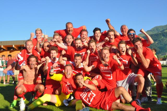 Riesige Freude bei den St. Johanner Kickern über den Aufstieg in die Tirol Liga.