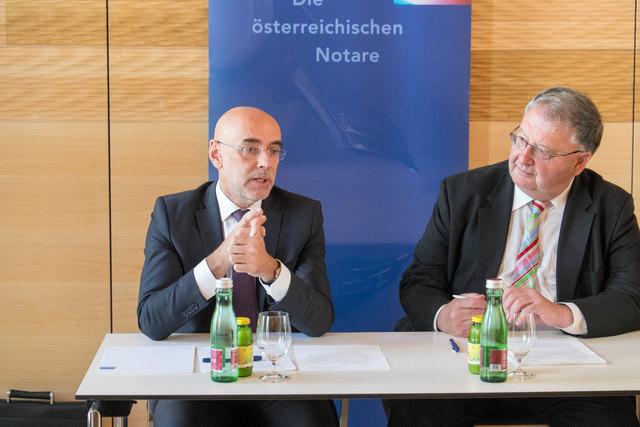 Ludwig Bittner (re.), Präsident der Österreichischen Notariatskammer und Michael Umfahrer präsentieren das Pilotprojekt zur digitalen GmbH-Gründung.