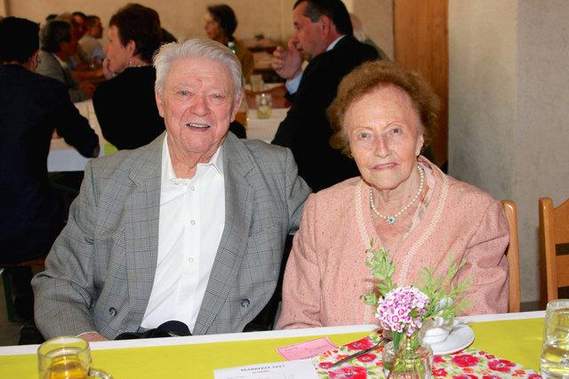 Das Ehepaar Gisela und Franz Winter aus Leitzersdorf durften am Sonntag beim Jubiläums-Pfarrfest ihre Gnadenhochzeit – unglaubliche 70 Jahre – in trauter Zweisamkeit feiern.
