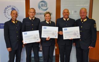 Bei der Zertifikatsverleihung: Klaus Innerwinkler, Gert Grabmeier (PI Obervellach), Marianne Makoru (PI Friesach), Gerald Grebenjak (PI Völkermarkt), Generalmajor Wolfgang Rauchegger (LPD Kärnten)