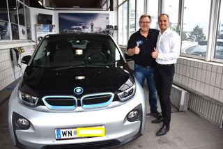 Gut beraten: Mauricio Mewald (r.) von BMW-Zitta schulte Bezirksblätter-Redakteur Peter Zezula auf den neuen i3 ein.