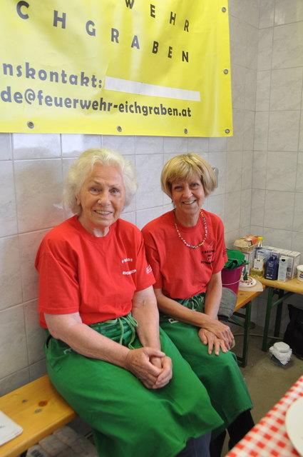 Freiwillige Helfer wie Ingeborg Hammerschmid und Maria Böhm verköstigten die Gäste.
