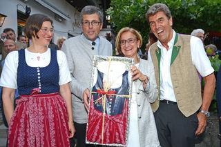 Freut sich über ihr Perchtoldsdorfer Dirndl: LH Johanna Mikl-Leitner (M.) mit Bgm. LAbg. Martin Schuster (2. v. l.) mit Gattin Karin Trübswasser (l.) im Perchtoldsdorf-Dirndl und Heurigenwirt Franz Nigl (r.)