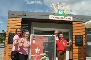 Daniela Siebenhofer (rechts) und ihr Team betreuten die Gäste beim Frühschoppen beim Café Korni & Hendlkönig.