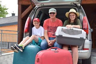 Clemens, Martin und Carla Müller sind routinierte Autoreisende, sogar Kater Simba darf mit nach Bad Aussee.
