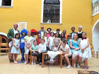 Die Kinder der Literaturwerkstatt mit den Ehrengästen waren stolz auf die gelungene Präsentation.