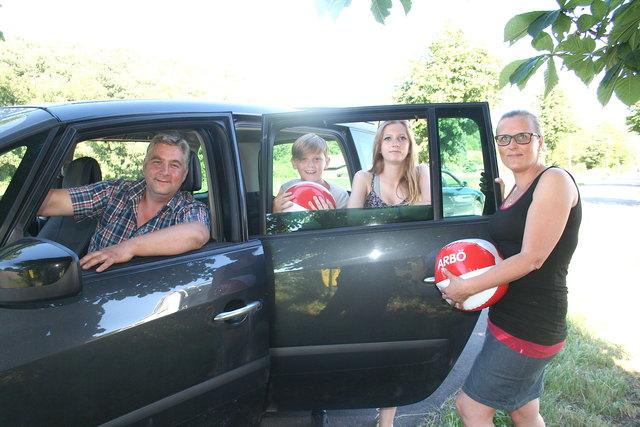 Auch heuer geht's mit dem Auto nach Griechenland: Michael und Nora Czeland mit ihren Kindern Selina (14) und Michael (12).