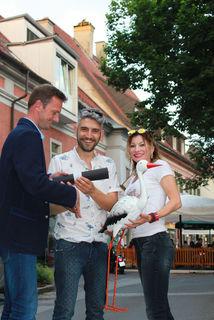 Georg Kerschbaumer überreichte Marco und Cosima Urbano die Patenschaftsurkunde und den Storch.