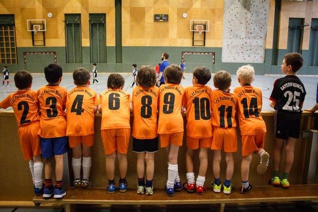 Die Kinder trainieren für gewöhnlich in der Halle.