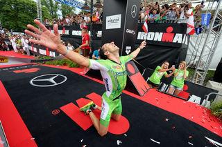 Marino Vanhoenacker beim Zieleinlauf 2016