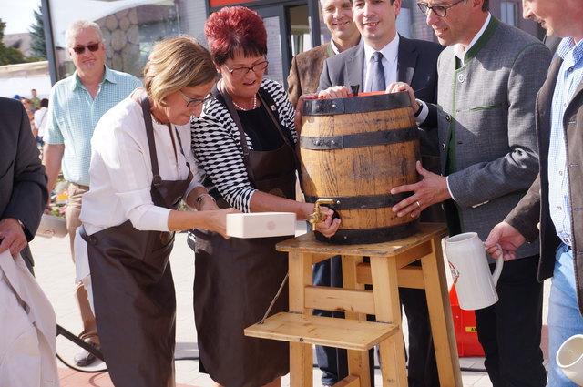9,7 Prozent Politfrauen:  Zwar Österreichs bester Wert, aber SPÖ-Bürgermeisterin Lisbeth Kern (2. v. l.) und Landeshauptfrau Johanna Mikl-Leitner (ÖVP) werken noch in einer Männerdomäne.