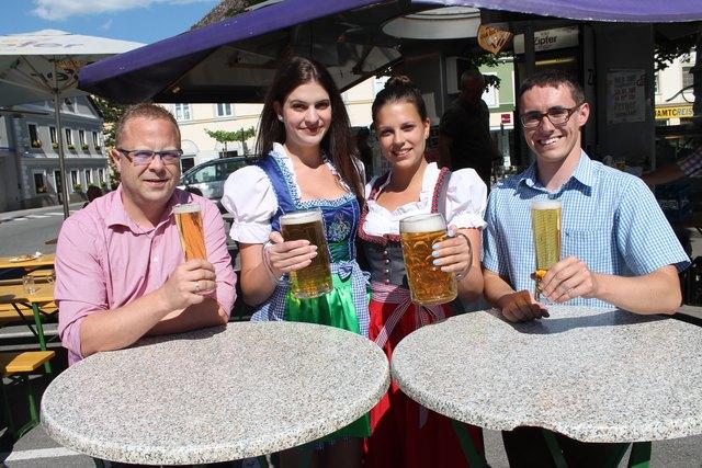 Viktoria und Anna Manner stellen sich der Wahl zur Bierkönigin, am Bild mit den Veranstaltern Robert Langeder (links) und Friedrich Strondl (rechts)