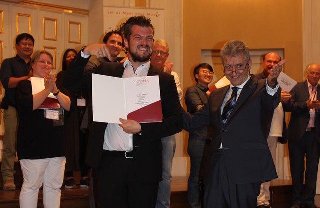 Chorleiter Jürgen Ellmer durfte die die Goldmedaille, der Preis als Kategoriesieger und den Sonderpreis als bester Chorleiter entgegennehmen.