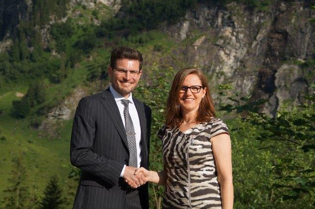 Geschäftsführer Christoph Köstinger übergibt die operative Leitung des Heilstollens an Sigrid Bader.