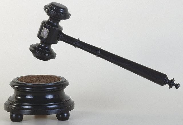 Die Geschworenen sprachen mit 5:3 Stimmen den Angeklagten wegen Mordes für schuldig.