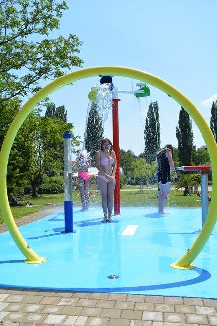 Der neu errichtete Wasserspielplatz wird von den Kindern gerne angenommen.